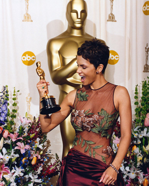 http://fashionmodel.mtx5.com/wp-content/uploads/2008/10/halle-berry-oscars-2004.jpg